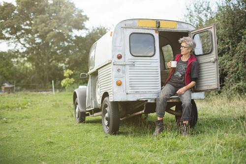 aeldre-kvinde-og-bil