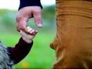 Hold fri – og rør ved mig!  – om sund berøring og deraf ro, mere glæde og (måske) klogere børn i en hektisk samtid